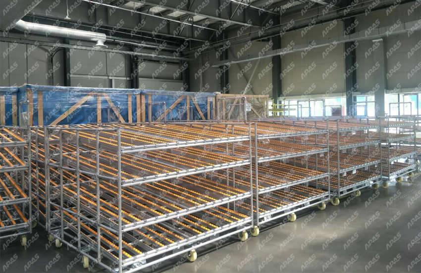 铝合金精益管物料架-LP18精益管物料架是现代化工业生产流水线中比较常用的生产装备之一,主要应用于流水线生产工位物料或工件的存储与输送,通常采用定制化生产模式,其目的是为了适应不同领域及行业的使用需求,使物料货架价值最大化;以下案例为新能源汽车行业物料存储区域的精益管物料架,主要作用是物料存储以及将物料运送至各生产工位,有助于生产管理及效率的提升;